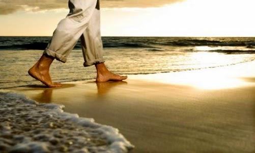 caminar en la arena y el agua